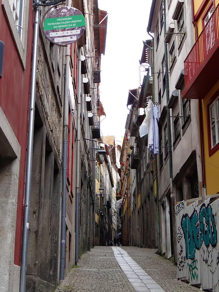 Fronts de rue en mosaïques de styles architecturaux à Porto
