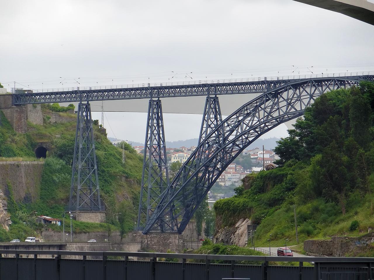 Pont Maria Pia de Porto par Gustave Eiffel (1877). Les touristes le confondent souvent avec le pont Luiz I