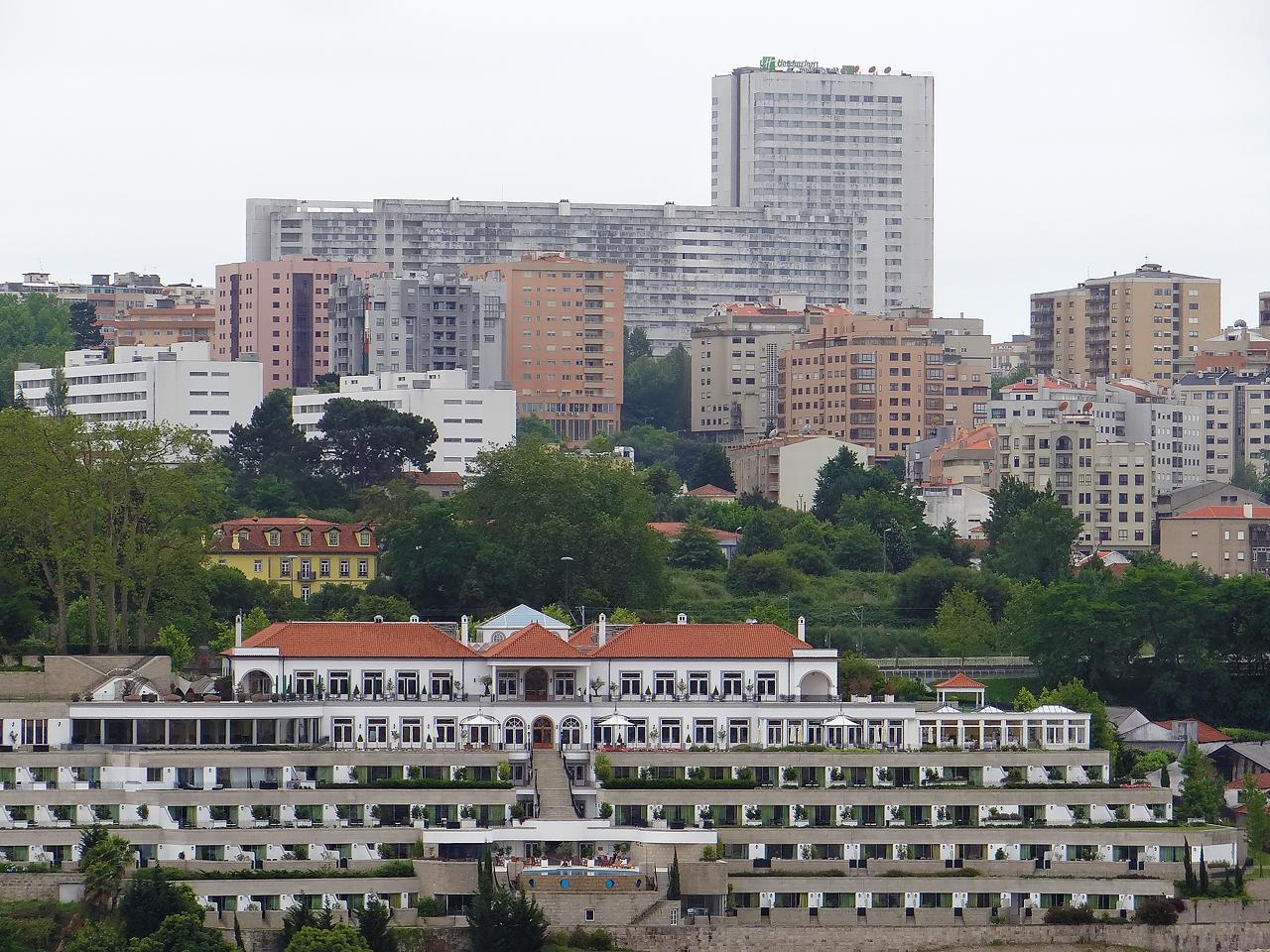 La tour d'habitation proche de l'Holiday Inn Porto Gaia, 22 étages, environ 70 mètres
