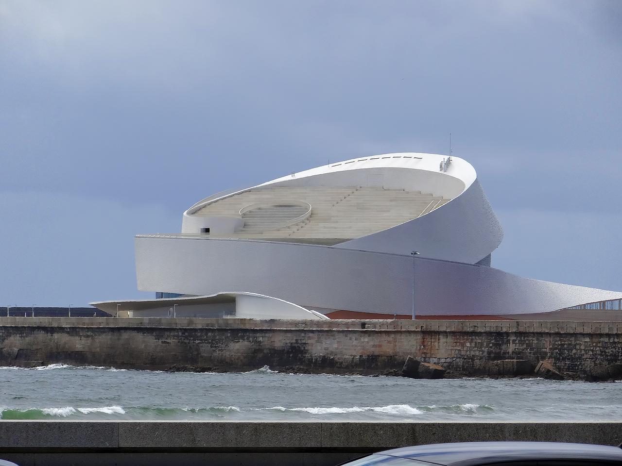 Porto Leixões Cruise Terminal par l'architecte Luis Pedro Silva ouvert le 23 juillet 2015, 50 millions d'euros. Quai de 340 mètres.