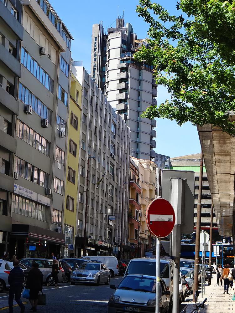 Fonctionnalisme brutal en front de rue : Hôtel Dom Henrique Downtown, 1973, 18 étages, par José Carlos Loureiro et Luis Ramos Padua (à la fin du salazarisme) s'inspirant des canons de Franl Lloyd Wright - rénové par Pedro Alarcão en 2005