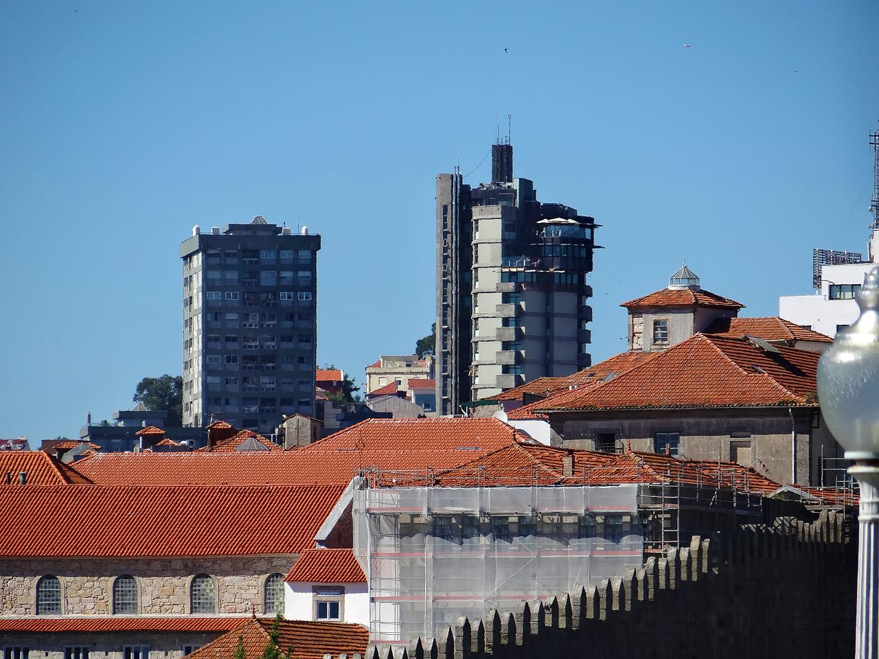 Intégration typique des IGH dans la trame urbaine du vieux Porto - l'effet d'élancement est caractéristique pour éviter toute impression de cluster