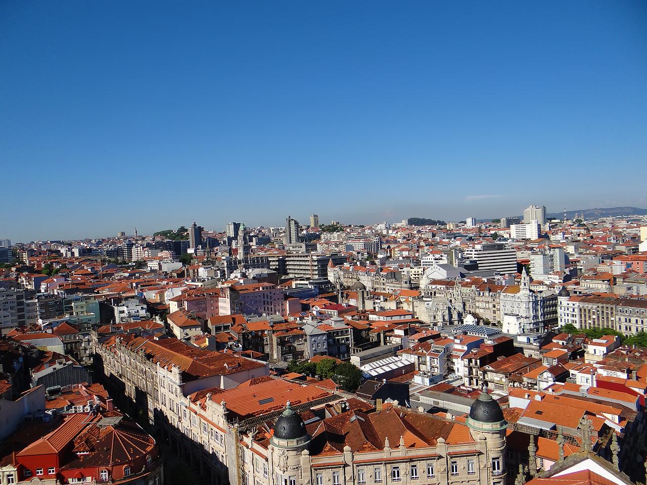 Intégration des IGH dans la trame urbaine de Porto : discontinuité dans la continuité (à droite, la plus haute tour de la métropole, 75 mètres)